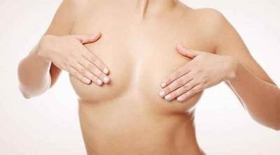 mujer tapándose los pechos. Cirugía de reducción de pecho Valencia